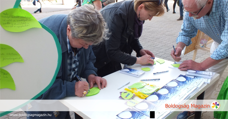 Kívánságokat írnak a Föld napján Budapesten