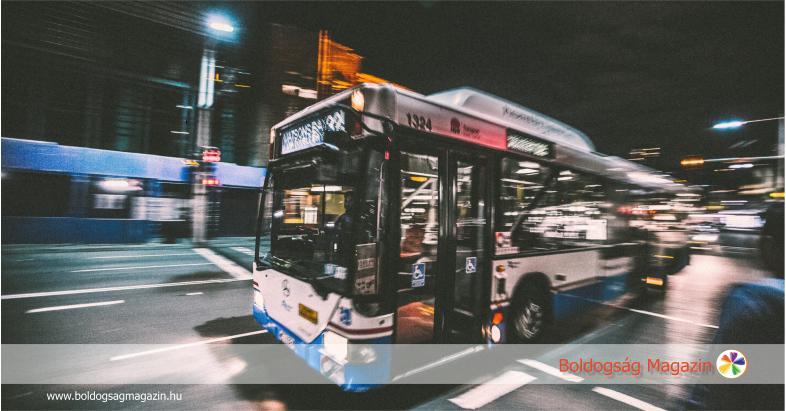 Buszra várva - Olvasók a boldogságról